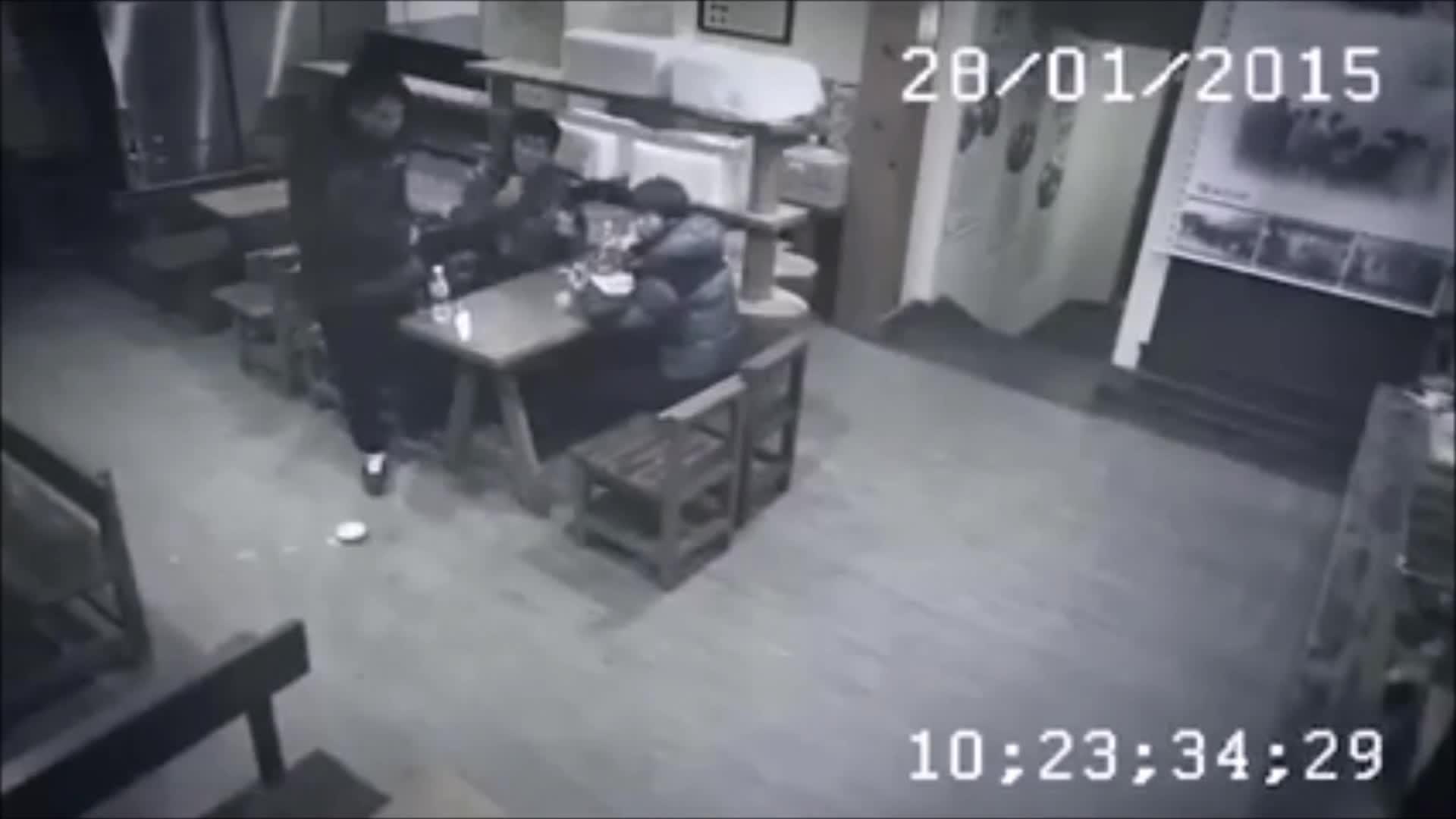 Трое поймали девушку 9 фотография
