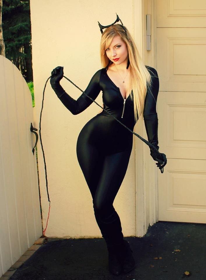 devushka-v-seksualnomu-cosplay-kostyume